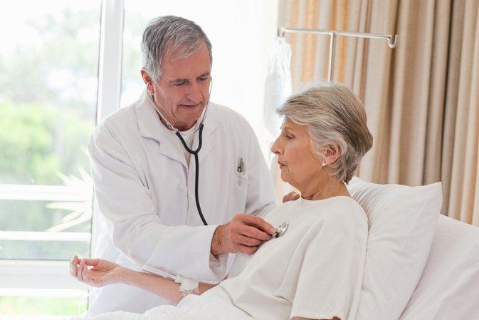 Осмотр пациента при ревматизме