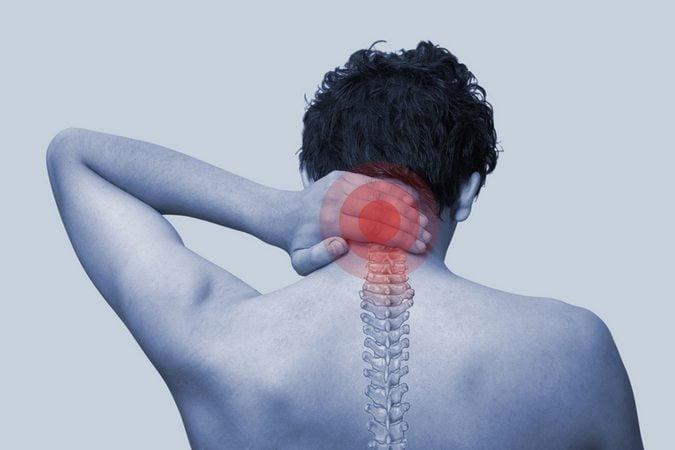 Болит спина чуть ниже шеи