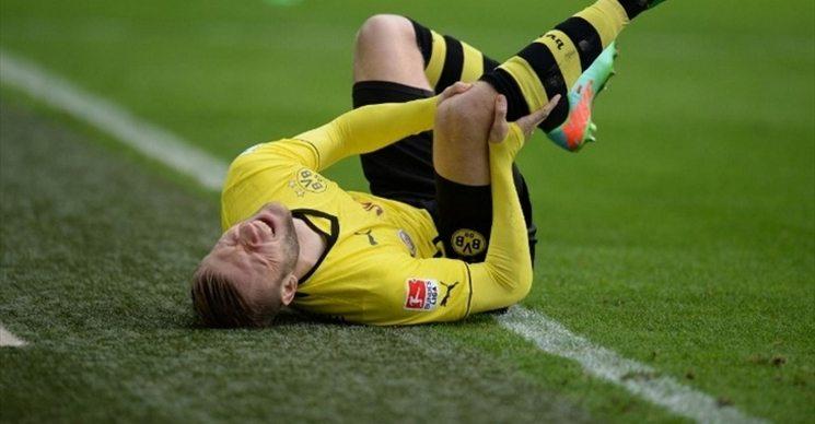 Острая боль в колене футболиста
