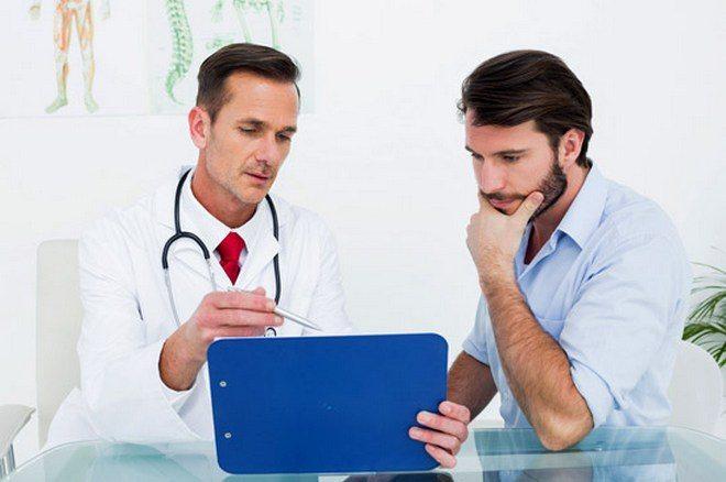 Врач выбирает ортез пациенту