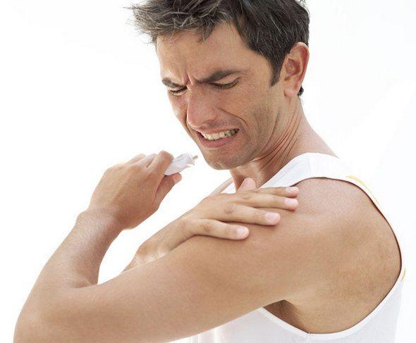 Нанесение мази на плечо