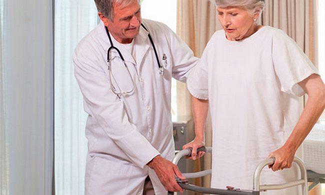 Доктор помогает пациенту