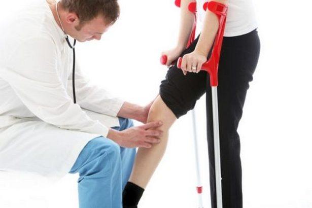 Обследование колена врачом