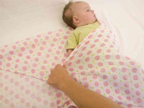 Широкое пеленание при незрелости тазобедренных суставов с одной двумя тремя пеленками при помощи застежки на памперс